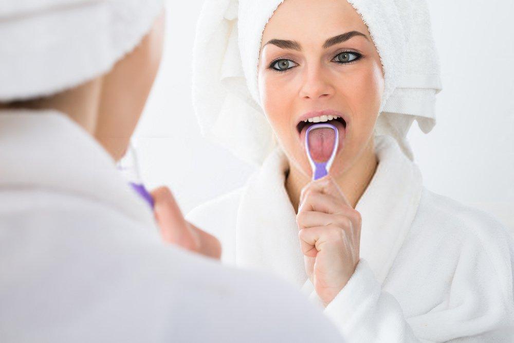 como limpar lingua com raspador de lingua